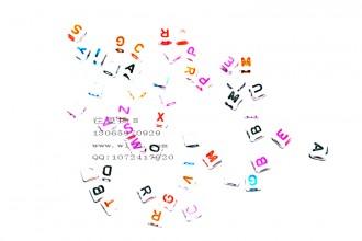 8000563--每包500个--8mm实彩方形字母--混装
